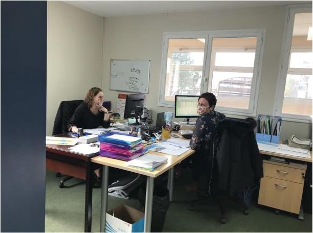 Les secrétaires avec leur masque au bureau