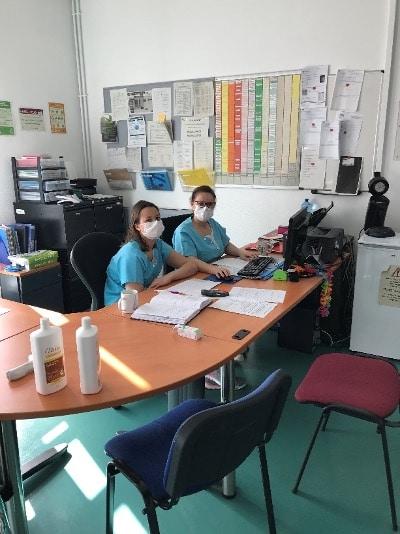 2 responsables travaillent au bureau pour préparer les plannings