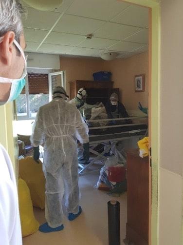 Les professionnels de la désinfection viennent s'occuper des chambres