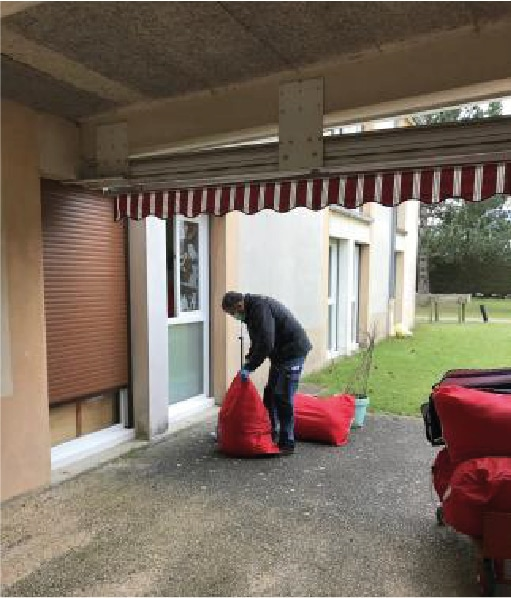 Préparation des sacs pour le départ à la blanchisserie
