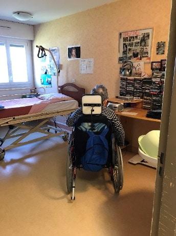 Une personne en situation de handicap dans sa chambre