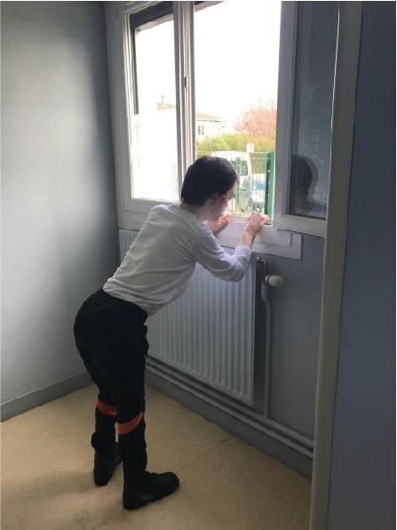 Un résident regarde par la fenêtre