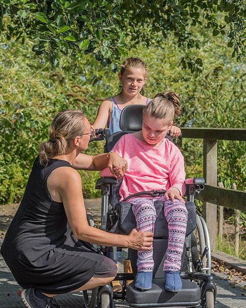 Famille avec jeune fille polyhandicapé